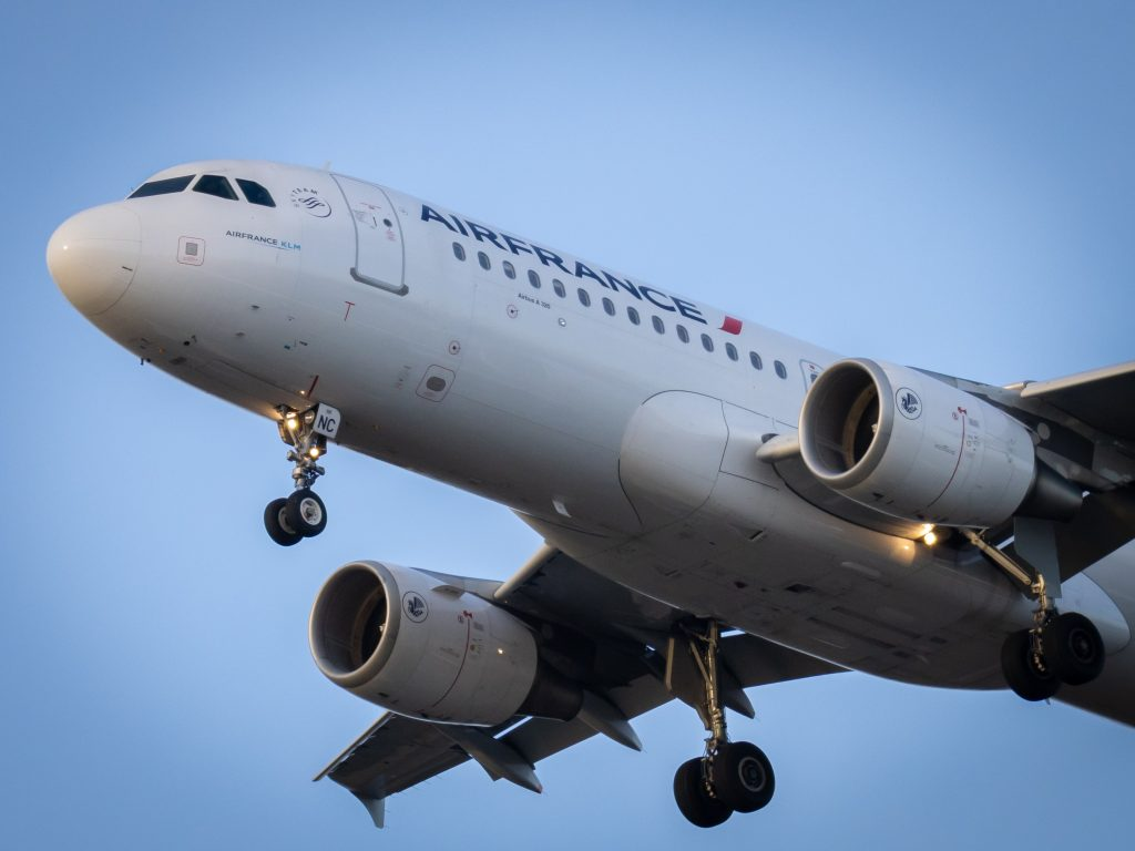 Air France A320 moments before landing. Photo by Vincent Genevay