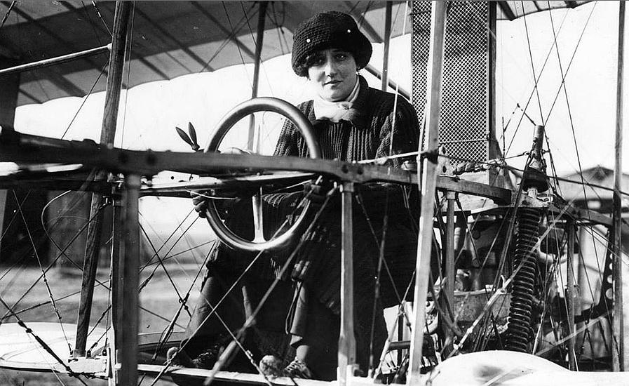 Raymonde de Laroche first female pilot in the world