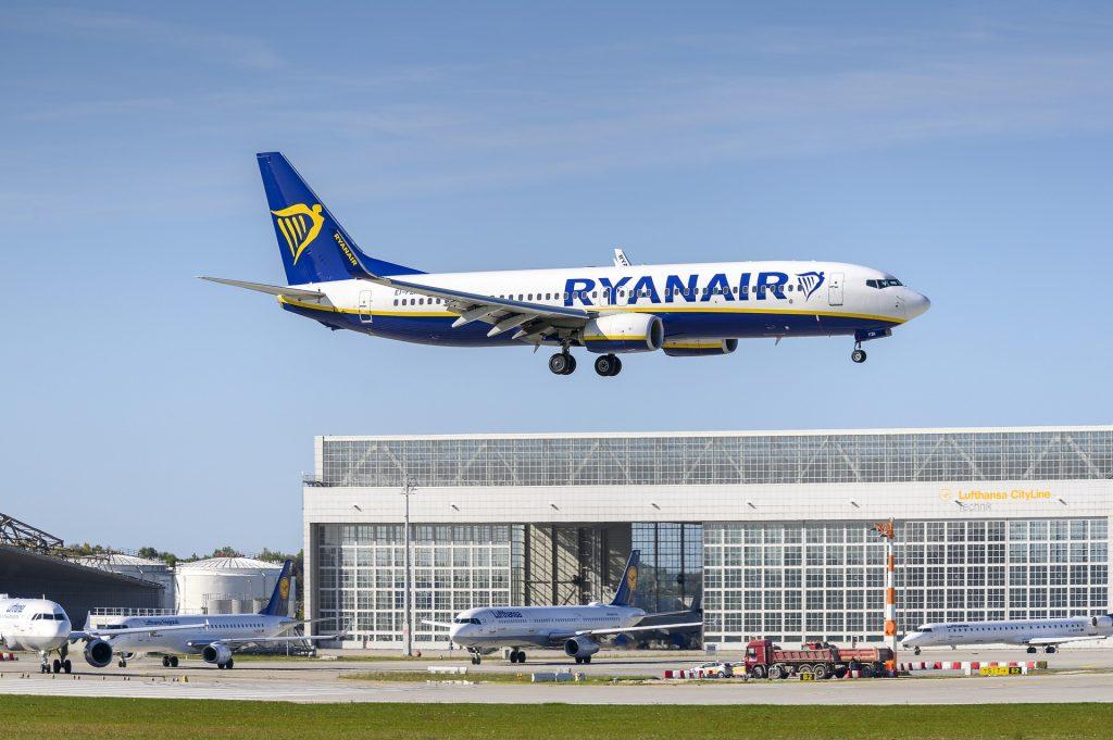 A Ryanair B737 moments before landing. Photo by DirkDanielMann.