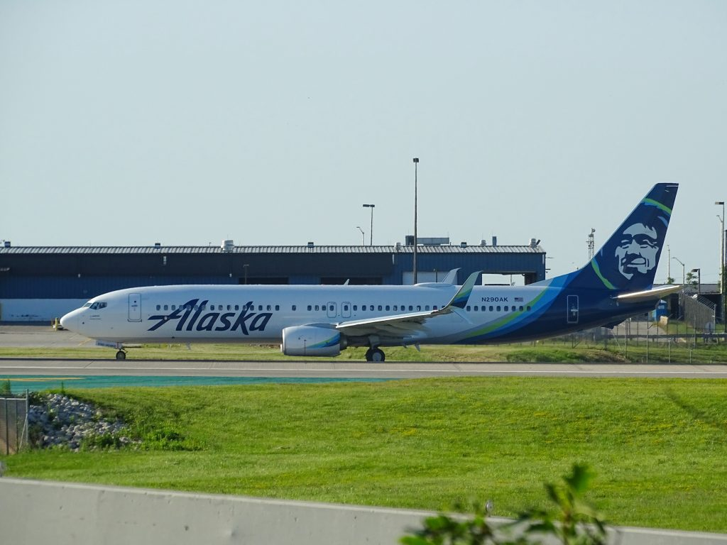 An Alaska Air Lines taxiing. Photo by Miguel Ángel Sanz